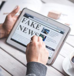 "Hombre leyendo ""fake news"""