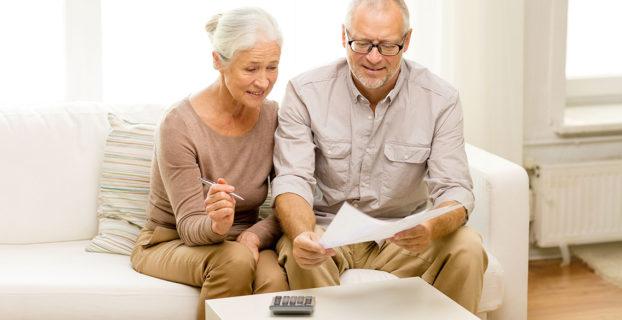 Un hombre y una mujer calculando su jubilación