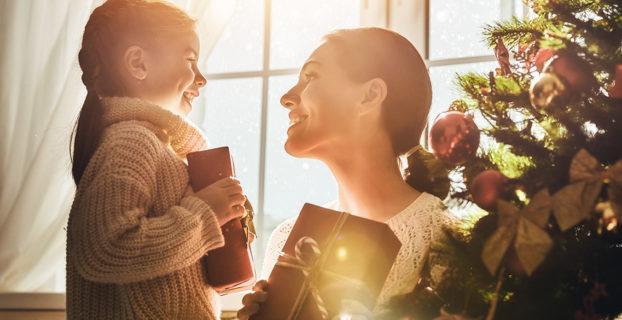 Madre e hija con regalos de Navidad