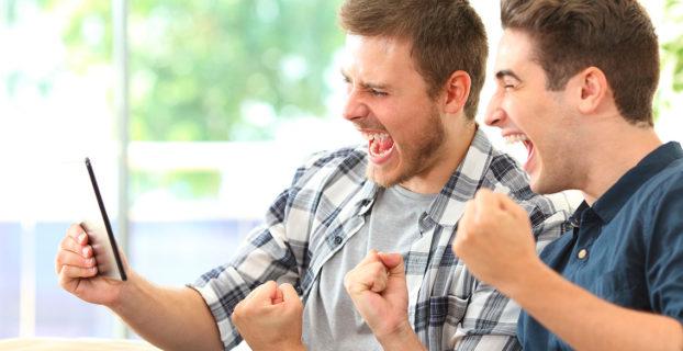 Dos chicos se alegran porque les ha tocado la lotería