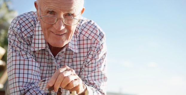 Hombre jubilado jugando al ajedrez