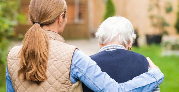 Mujer acompaña a persona mayor