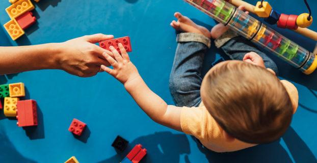 Niño jugando con bloques de construcción