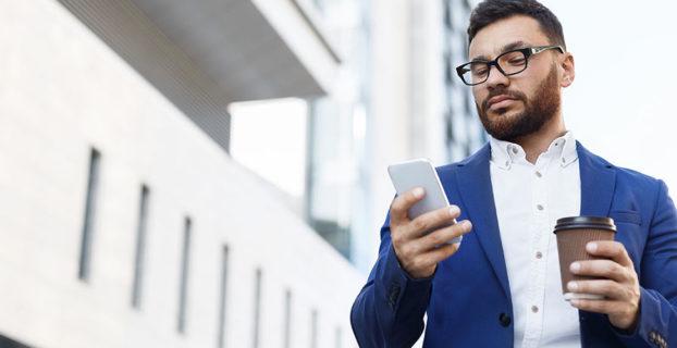 Ejecutivo mira el móvil