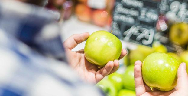 Chico comprando manzanas
