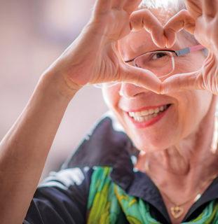 Mujer haciendo un corazón con las manos