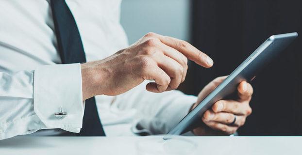 Hombre usando una tablet