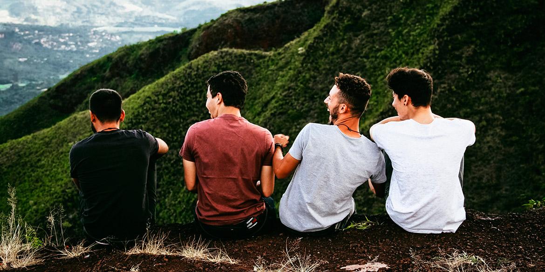 Cuatro chicos observando el paisaje