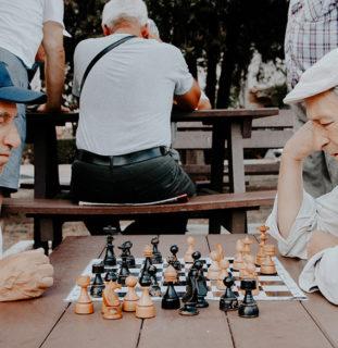 Dos hombres jugando al ajedrez
