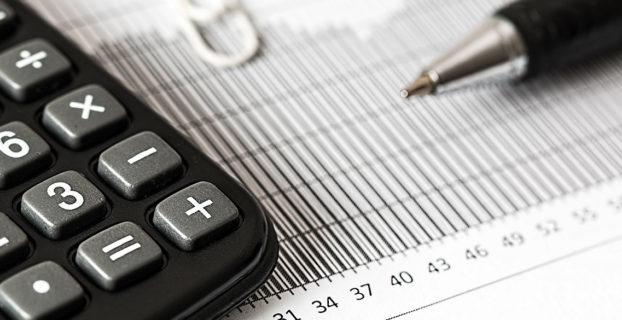 Bolígrafo y calculadora