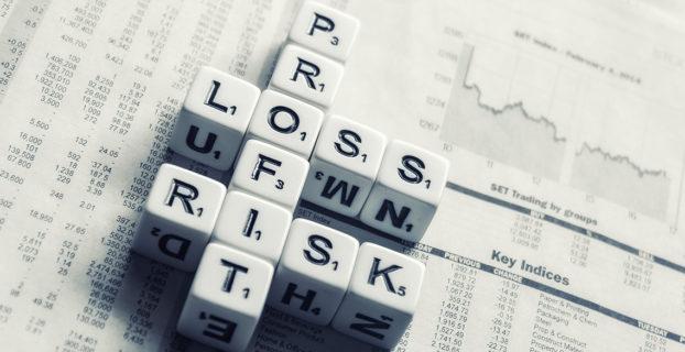 """Dados sobre un periódico forman las palabras """"profit"""", """"loss"""" y """"risk"""""""
