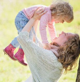 Madre e hija jugando en el parque